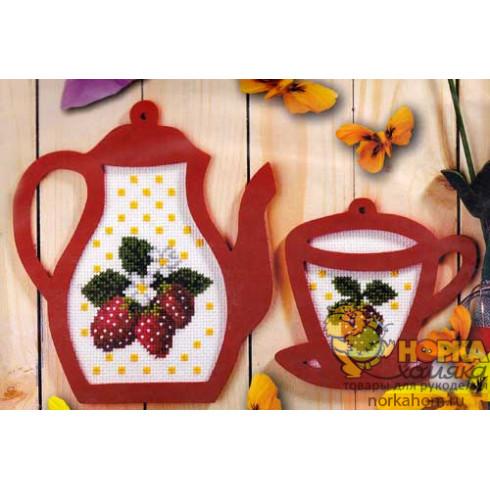 Чайник и чашка с клубникой