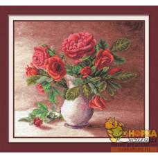 Красные розы в белом кувшине