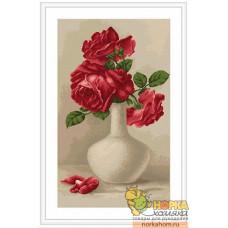Красные розы в белой вазе